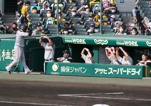 2回表巨人1社丸(左)は、先制中越え本塁打を原監督(左から3番目)などのベンチの出迎えを受ける(撮影・神山純一)