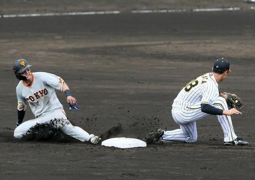 阪神大巨人19回戦3回表ジャイアンツ2死1塁、打者松原聖弥とき吉川直樹は、両方の盗塁を決め、右遊撃手小幡龍平(撮影・神山純一)