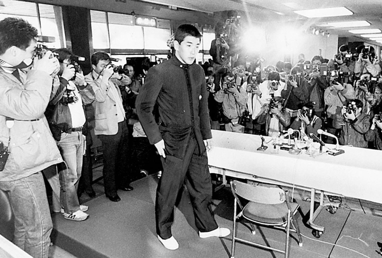つめかけた大勢の報道陣が待ち受ける記者会見場に入るPL学園・清原和博。西武指名にその表情はこわばっていた(1985年11月20日撮影)