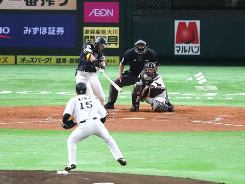 ソフトバンクのロッテ3回裏ソフトバンク2死2塁、中村明は、左に先制タイムリー二塁打を放つ(撮影梅根まき)