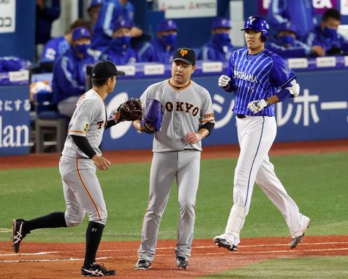 DeNA対巨人 4回裏DeNA2死満塁、井納(右)を一ゴロに打ち取り、田中俊(左)とタッチを交わす今村(撮影・狩俣裕三)