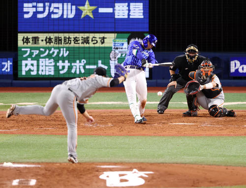 DeNA対巨人 5回裏DeNA1死一塁、併殺打に打ち取られる佐野。投手今村(撮影・狩俣裕三)