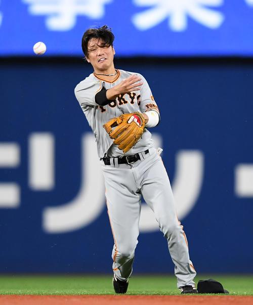 DeNA対巨人 6回裏DeNA1死、ロペスの打球を好捕する坂本(撮影・横山健太)