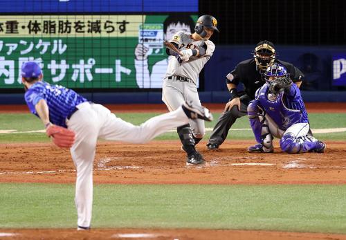 DeNA対巨人 8回表巨人無死、二塁打を放つ吉川尚。投手パットン(撮影・狩俣裕三)