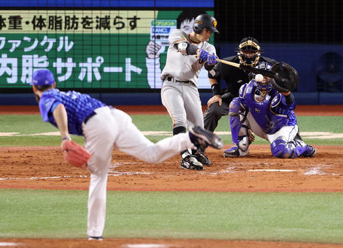 DeNA対巨人 8回表巨人無死二塁、中前打を放つ松原。投手パットン(撮影・狩俣裕三)