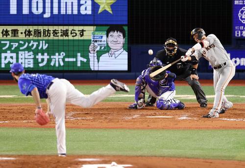 DeNA対巨人 8回表巨人無死一、三塁、犠飛を放つ坂本。投手パットン(撮影・狩俣裕三)