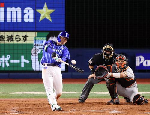 DeNA対巨人 8回裏DeNA無死、ソロ本塁打を放つ佐野恵太。投手大江(撮影・狩俣裕三)