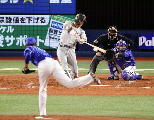 DeNA対巨人 3回表巨人無死、二塁打を放つ大城。投手井納(撮影・狩俣裕三)