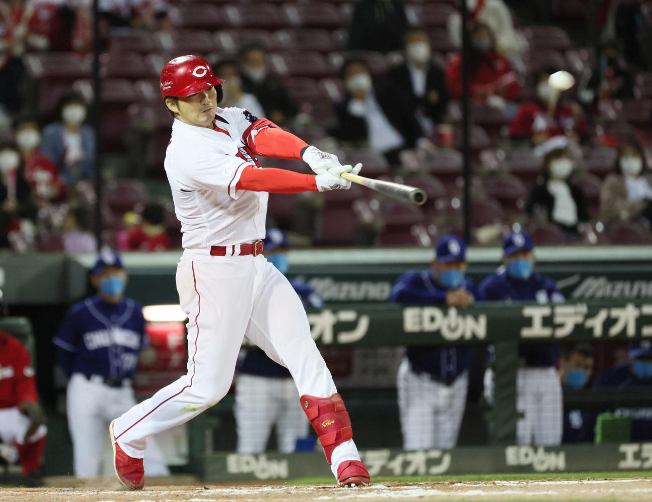 広島対中日 9回裏広島無死一、二塁、鈴木誠は3点本塁打を放つ(撮影・加藤孝規)