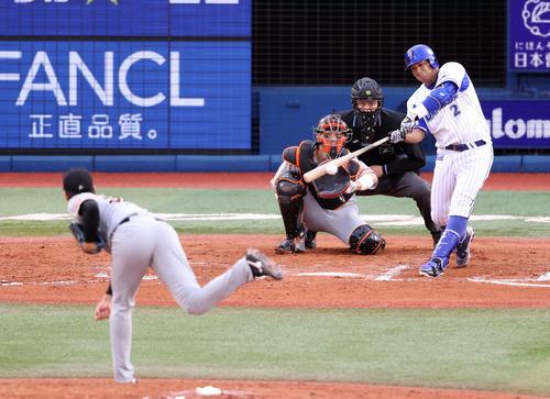 DeNA対巨人 7回裏DeNA無死、日本通算200二塁打を放つロペス。投手畠(撮影・狩俣裕三)