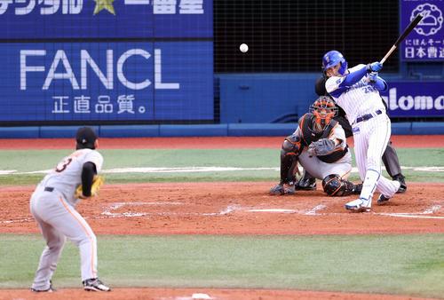 DeNA対巨人 7回裏DeNA無死一、三塁、適時打を放つ伊藤光。投手高梨(撮影・狩俣裕三)