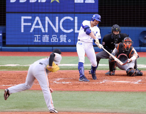 DeNA対巨人 7回裏DeNA無死満塁、満塁弾を放つ梶谷。投手高梨(撮影・狩俣裕三)