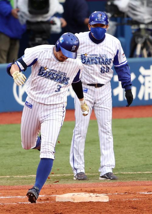 DeNA対巨人 7回裏DeNA無死満塁、満塁弾を放った梶谷(左)は、一塁ベース踏み忘れを永池コーチに指摘され、踏み直す(撮影・狩俣裕三)