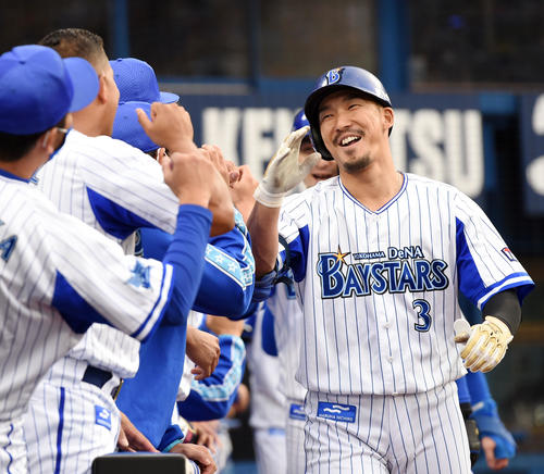 DeNA対巨人 7回裏DeNA無死満塁、右中間へ満塁本塁打を放ち笑顔を見せる梶谷(撮影・横山健太)