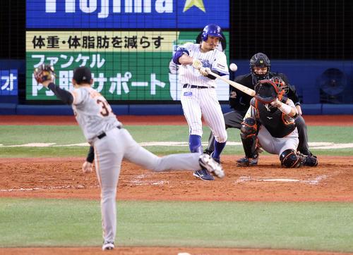8回裏DeNA2死三塁、2点本塁打を放つ梶谷。投手桜井(撮影・狩俣裕三)