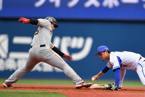 DeNA対巨人 3回表巨人1死一、三塁、落球する大和(右)。左は岡本(撮影・横山健太)