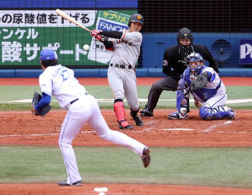 DeNA対巨人 3回表巨人1死一、二塁、適時打を放つ田中俊。投手上茶谷(撮影・狩俣裕三)