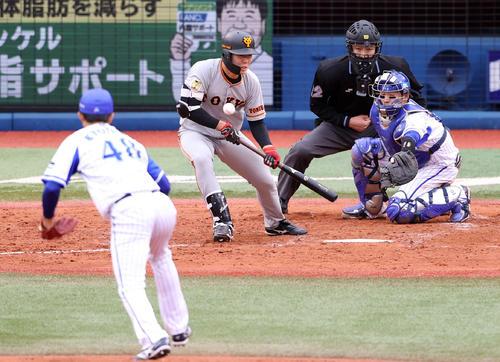 DeNA対巨人 5回表巨人1死一、三塁、スクイズを決める畠。投手京山(撮影・狩俣裕三)