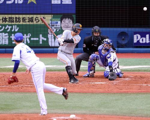DeNA対巨人 5回表巨人2死二塁、適時打を放つ吉川尚。投手京山(撮影・狩俣裕三)