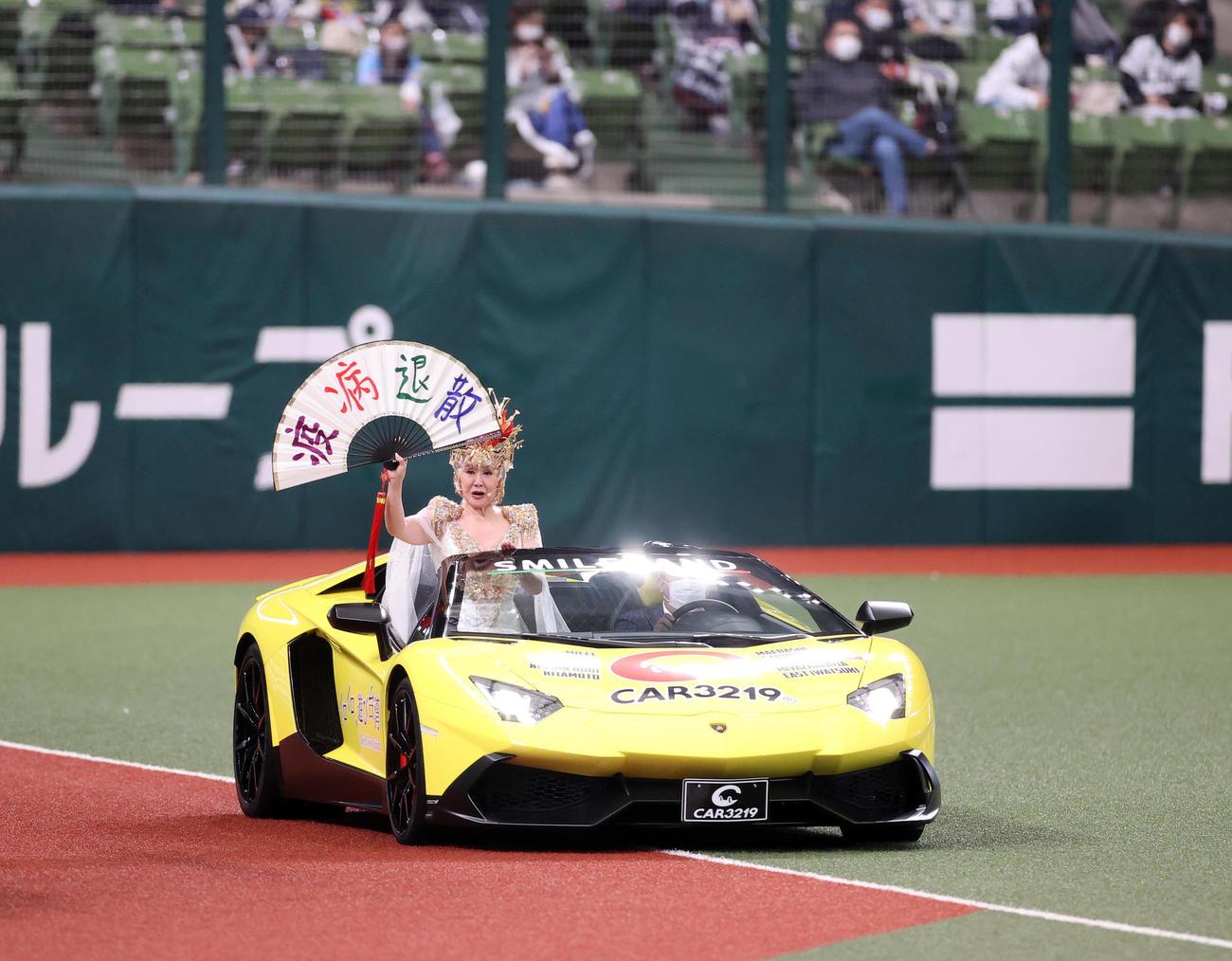 西武対オリックス セレモニアルピッチで、ランボルギーニに乗り登場した小林幸子(撮影・浅見桂子)