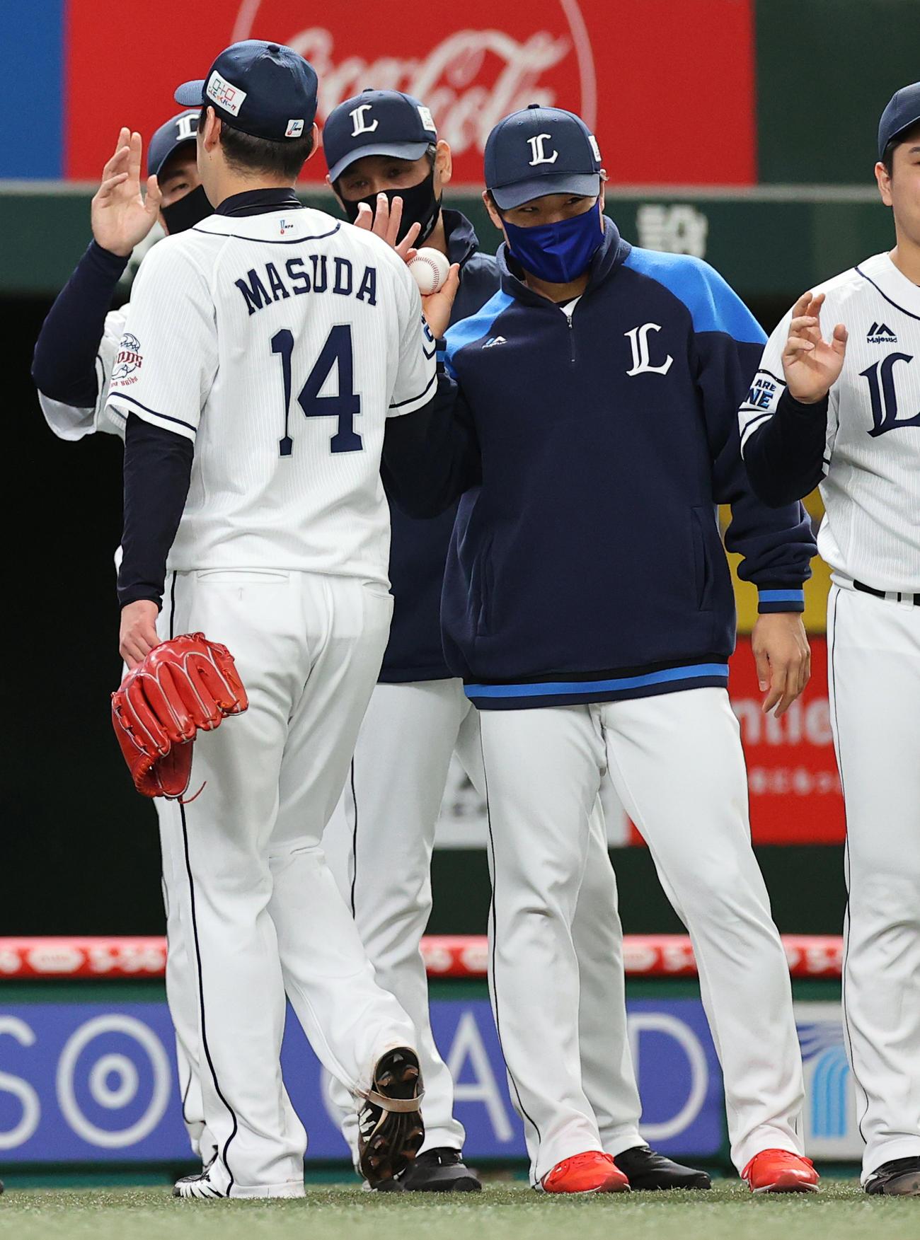 西武対オリックス 勝利投手の松本(右)は、増田(手前)からウイニングボールを受け取る(撮影・浅見桂子)