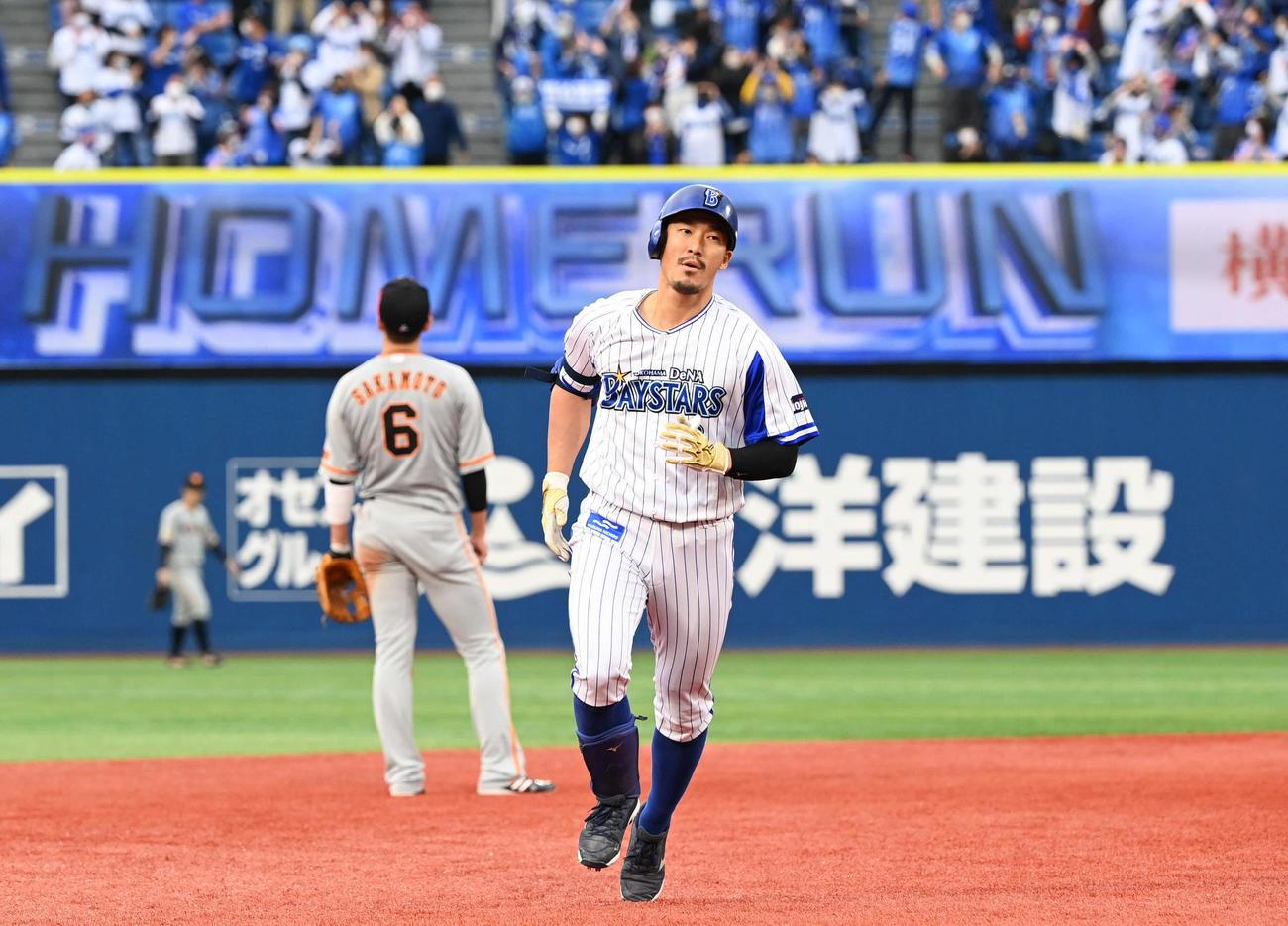 DeNA対巨人 7回裏DeNA無死満塁、満塁本塁打を放ちダイヤモンドを回る梶谷(撮影・山崎安昭)