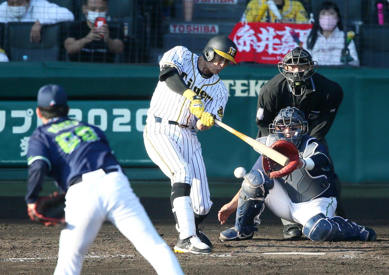 阪神対ヤクルト 4回裏阪神2死一、三塁、糸井は右前適時打を放つ(撮影・上山淳一)