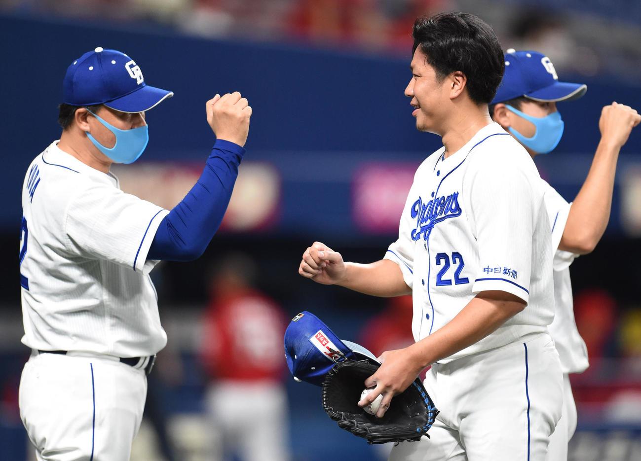 5試合連続完投勝利を決めた大野雄大(右)を出迎える与田監督(2020年9月1日撮影)