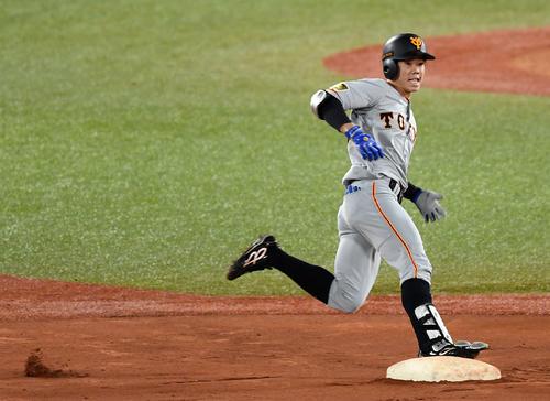ヤクルト巨人5回表巨人無事、中越え二塁打を放ち、塁を回る松原(撮影・横山健太)