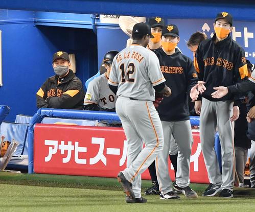 9回裏ヤクルト2社した3塁投手の交換を言いスコアボードを見上げ原監督(左)。 前中央ベンチに引き揚げデラロサ(撮影・横山健太)
