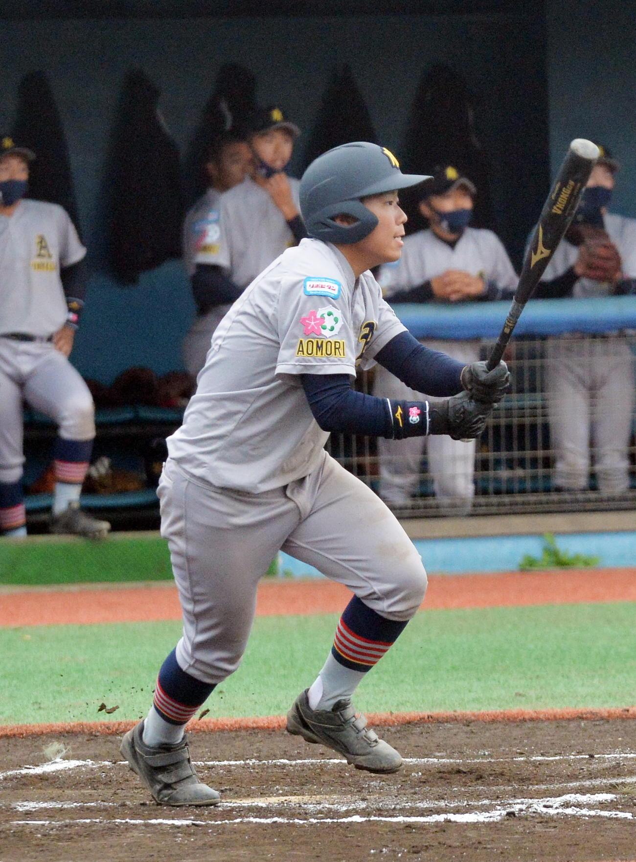 青森山田対東北楽天 5回表青森山田2死満塁、適時二塁打を放つ藤田(撮影・佐藤究)