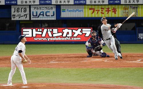 ヤクルト対巨人 4回表巨人2死、左越え本塁打を放つ坂本(撮影・横山健太)