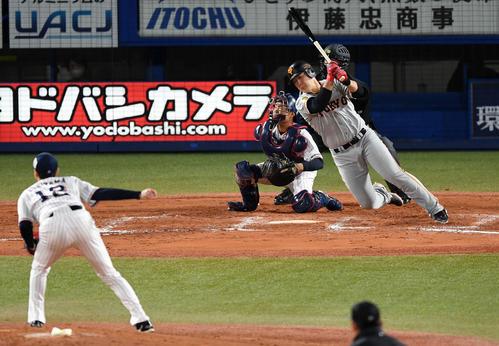 ヤクルト対巨人 9回表巨人1死一塁、勢い余って倒れ込む岡本(撮影・横山健太)