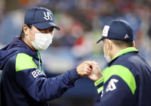 ヤクルト対巨人 試合後、石川(右)とタッチを交わす高津監督(撮影・狩俣裕三)