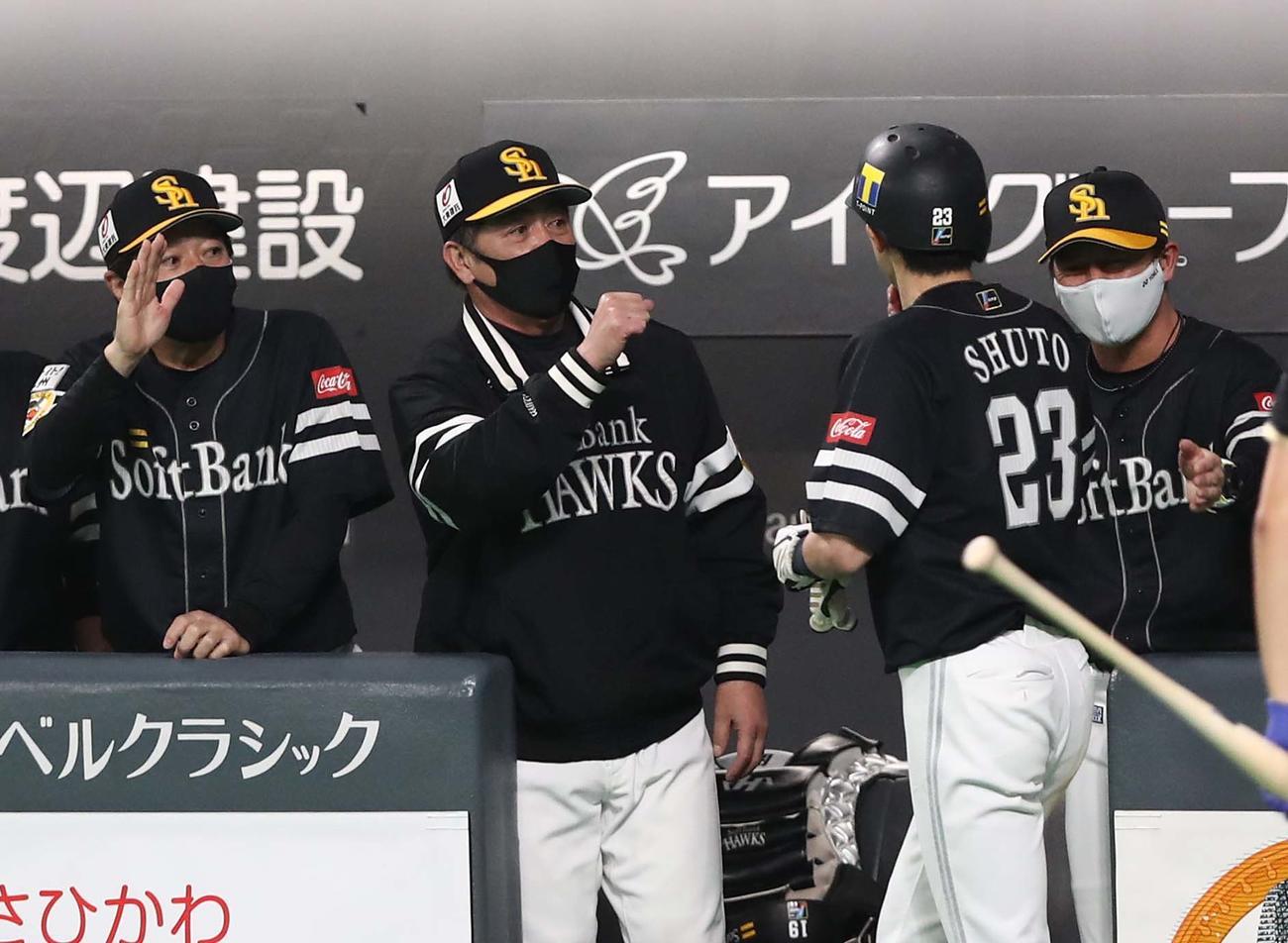 日本ハム対ソフトバンク 5回表、生還した周東を出迎える工藤監督(撮影・黒川智章)