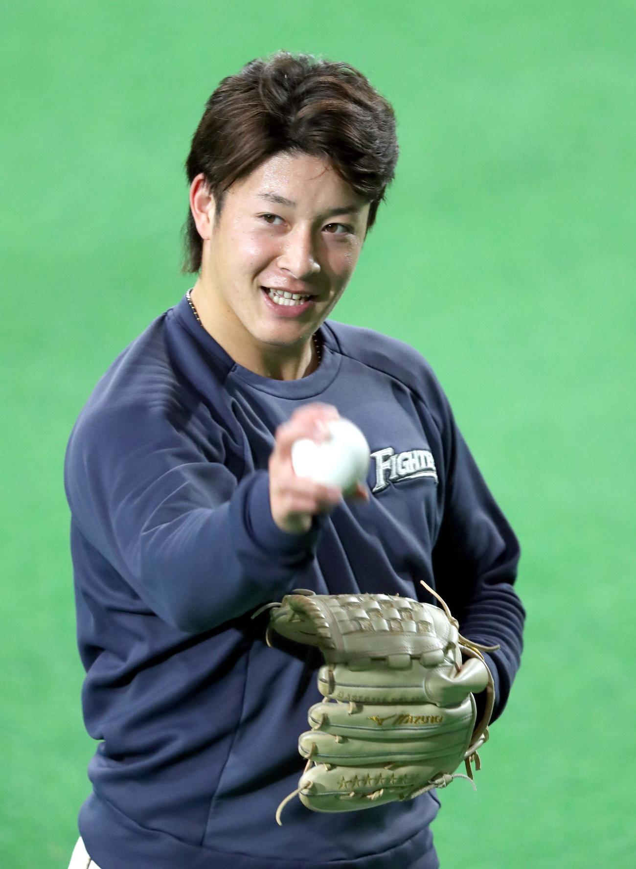日本ハム対ソフトバンク キャッチボールを終え笑顔を見せる日本ハム吉田輝(撮影・佐藤翔太)