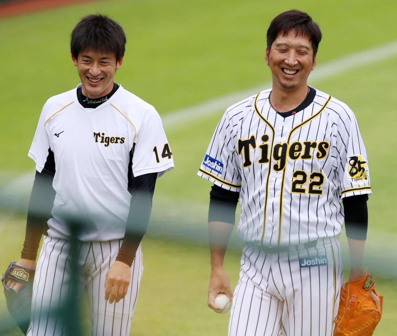 練習でキャッチボールを終え笑顔を見せる能見(左)と藤川(撮影・加藤哉)