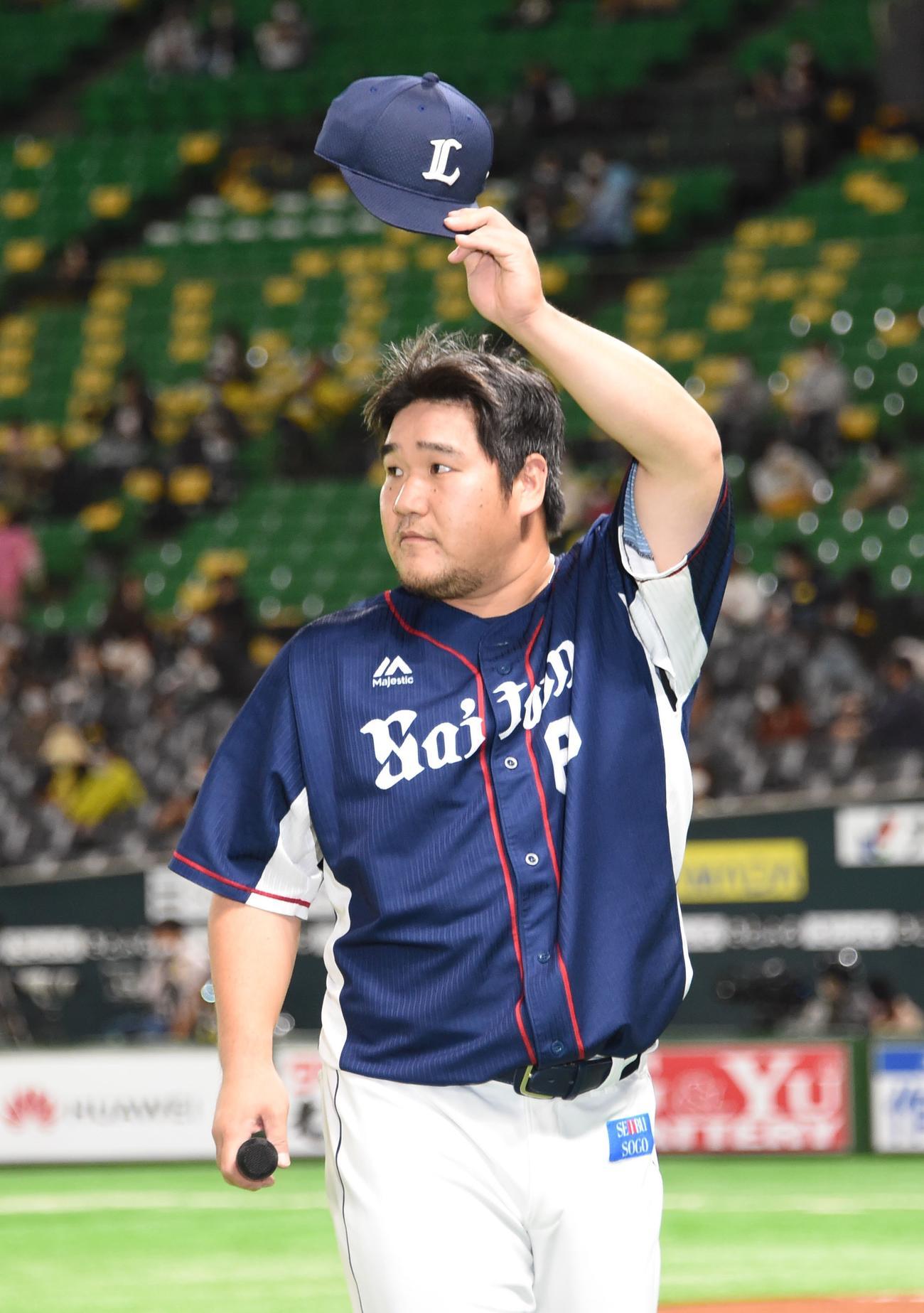 ソフトバンク対西武 満塁本塁打を放った中村剛也はレフトスタンドのファンに手を振る(撮影・今浪浩三)