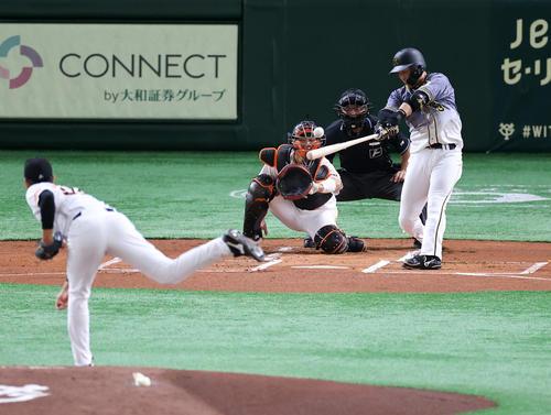 巨人対阪神 1回表阪神1死一、二塁、大山は先制左適時打を放つ。投手畠(撮影・浅見桂子)
