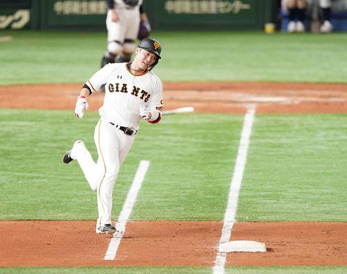 巨人対阪神 4回裏巨人2死、中二塁打を放った坂本は一塁をまわり二塁へ向かう(撮影・鈴木みどり)