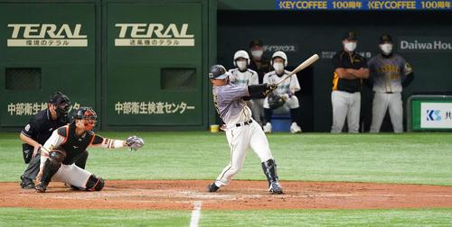 巨人対阪神 5回表阪神2死二塁、左越え2点本塁打を放つ陽川(撮影・鈴木みどり)