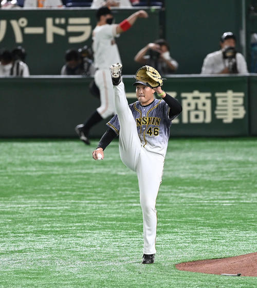 巨人対阪神 投球の合間に右足を大きく振り上げる阪神秋山(撮影・山崎安昭)