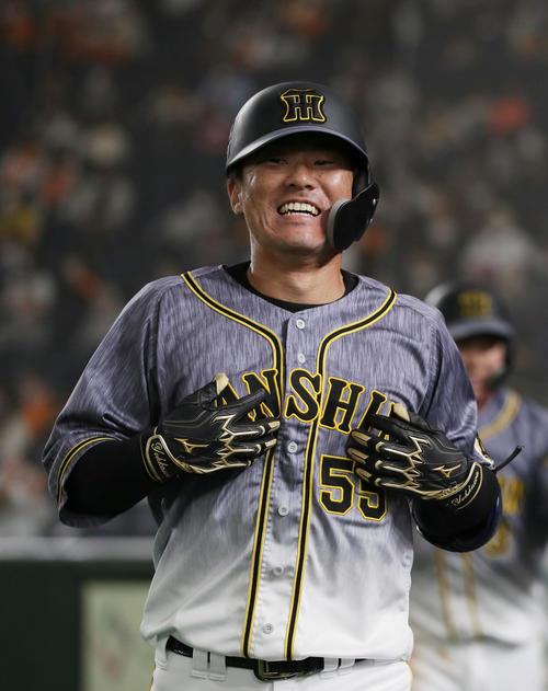 巨人対阪神 5回表阪神2死二塁、左越え2点本塁打を放ちナインに迎えられる陽川尚将(撮影・前田充)