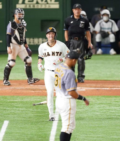 巨人対阪神 6回裏巨人2死一塁、投ゴロに倒れる坂本(撮影・鈴木みどり)