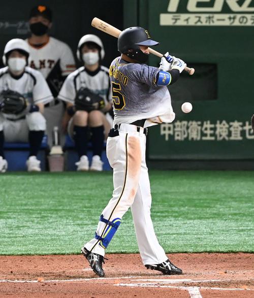 巨人対阪神 6回表阪神1死二塁、近本は死球を食らう(撮影・山崎安昭)