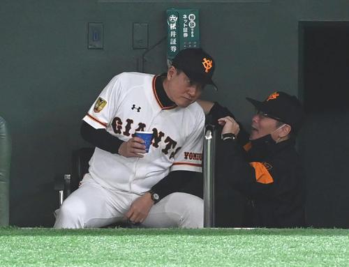 巨人対阪神 巨人原監督(左)はベンチで元木ヘッドコーチに声をかけられる(撮影・山崎安昭)