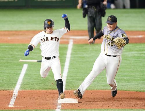 巨人対阪神 9回裏巨人無死、内野安打を放ち一塁へ駆け込む松原。右は一塁カバーに入った投手秋山(撮影・鈴木みどり)