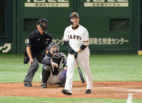 巨人対阪神 9回裏巨人2死一塁、右越え2点本塁打を放つ丸(撮影・鈴木みどり)
