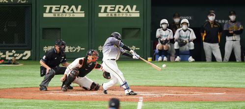 巨人対阪神 2回表阪神2死二塁、右前適時打を放つ近本(撮影・鈴木みどり)