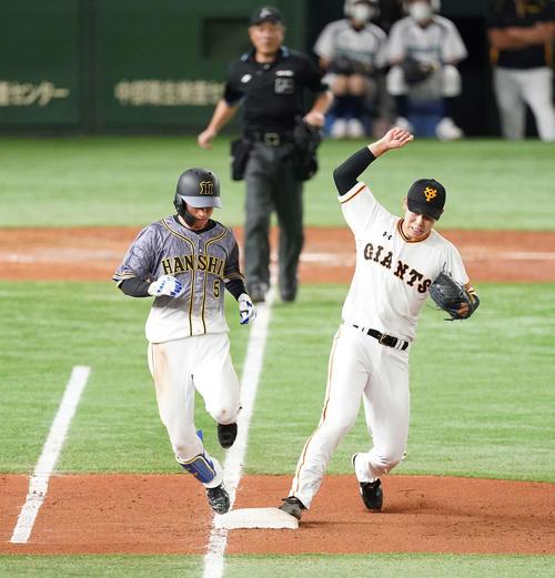巨人対阪神 4回表阪神2死、内野安打を放ち一塁へ駆け込む近本。右は一塁カバーに入った投手畠(撮影・鈴木みどり)